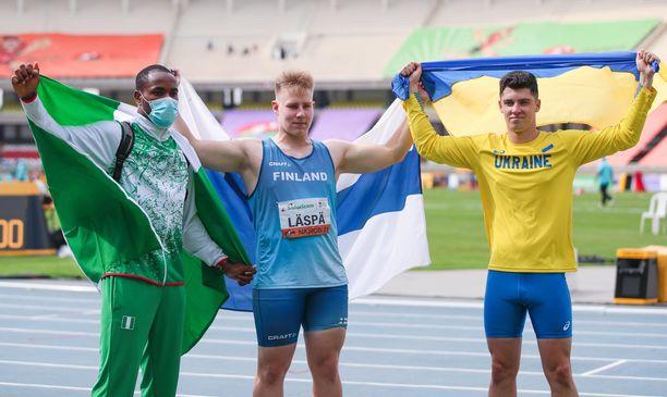 Janne Läspä (keskellä) voitti keihäänheitossa alle 20-vuotiaiden maailmanmestaruuden.