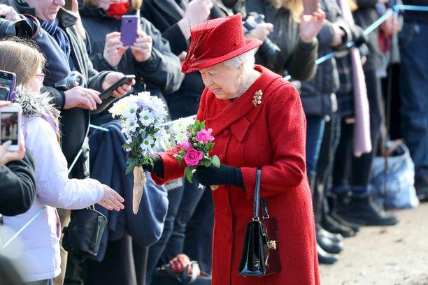 Kukkakimput ovat tavallisimpia lahjoja, joita kuningatar eri tehtävissään saa. Niitäkin voi tulla kerralla liikaa,