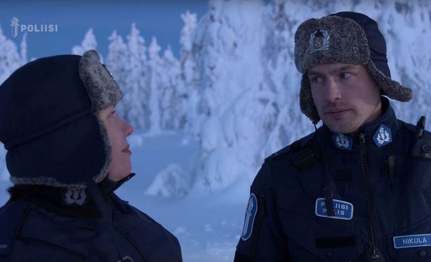 Poliisin vloggaajat Henna Kelloniemi ja Lauri Nikula toimittavat perille poliisin tämänvuotisen joulutervehdyksen.