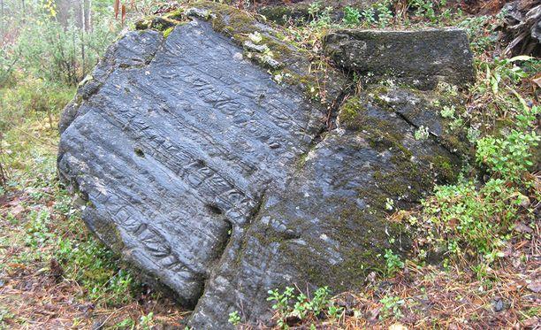 1600-luvun lopulla Pajalasta Ruotsin Lapista löydettiin merkillinen kivi, jota pidettiin vuosisatojen ajan riimukivenä. Oulun yliopiston tutkijat ovat selvittäneet, että kivessä olevat juonteet ovat luonnon synnyttämiä.