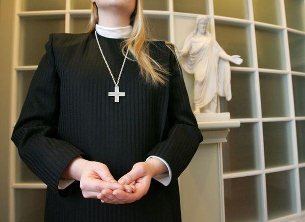 Naispappeus hyväksyttiin Suomessa vuonna 1986, ja kaksi vuotta myöhemmin ensimmäiset naispapit vihittiin virkaansa. Kuvan henkilö ei liity syrjintätapaukseen.
