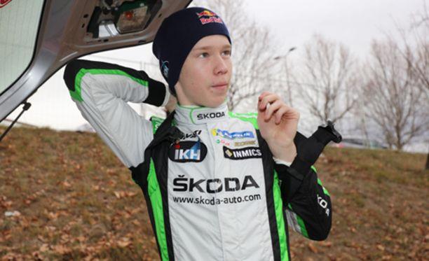 Onnellinen kuljettaja. Kalle Rovanperä nappasi Monte Carlo -rallista luokkansa kakkossijan, vaikka osallistui kisaan ensimmäistä kertaa.