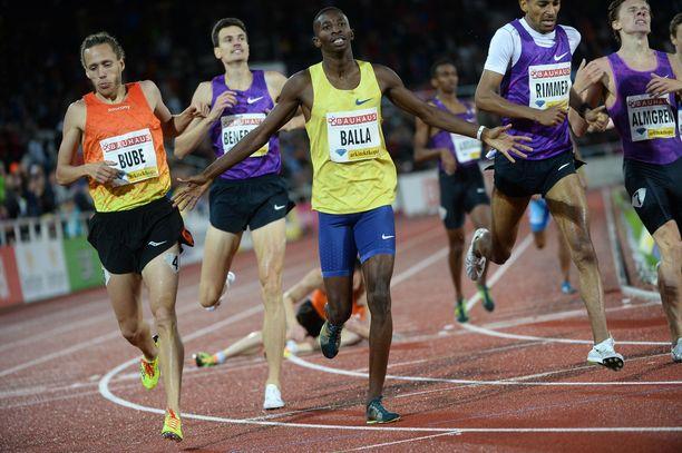 Qatarin Musaeb Abdulrahman Balla sijoittui 800 metrillä kuudenneksi Pekingin MM-kisoissa. Seuraavana vuonna hän narahti veridopingista ja sai neljän vuoden kilpailukiellon.