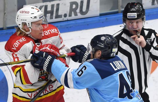 Viime kauden alkuun Sam Lofquist haki pelipaikkaa NHL:stä, mutta palasi farmikomennuksen jälkeen takaisin KHL:ään. Seuraksi valikoitui Kunlun Red Star.