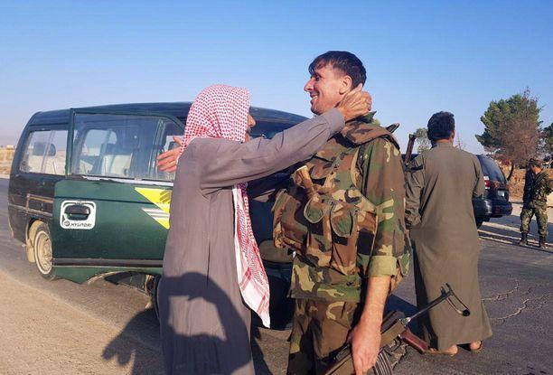 Asukkaat toivottivat Syyrian armeijan joukot tervetulleiksi Tal Tamrin kaupunkiin.