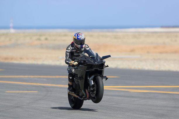 Kenan Sofuoglu pesi kuusi muuta kisaajaa Kawasaki-superpyörällään.