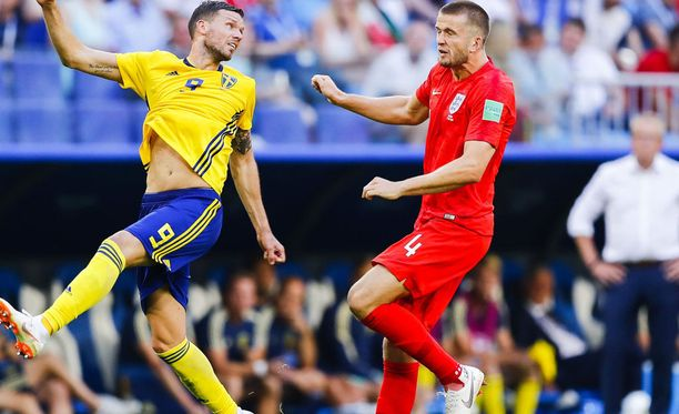 Eric Dierin (oik.) täplikkäät sukat pilkottivat Niken punaisten pelisukkien ja pelurin nappulakenkien välistä Ruotsi-ottelussa.