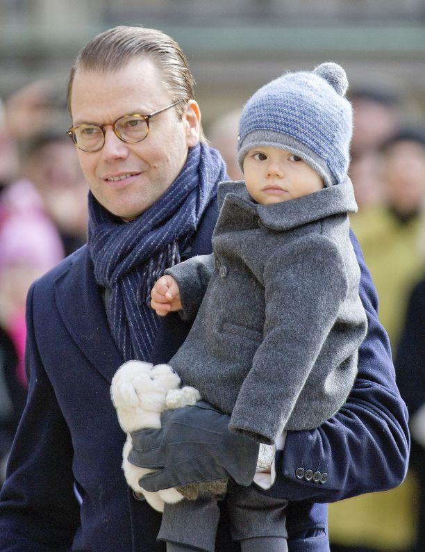 Vuoden ikäinen Oscar isänsä sylissä.