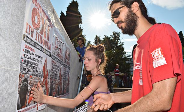 Georgios kiinnitti ystävänsä kanssa keskustan metroaseman rappukäytävän seinäkiveykseen ensi sunnuntain kansanäänestystä mainostavia julisteita. Georgios vastustaa Kreikan pysymistä eurovaluutassa.
