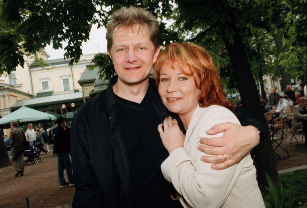 Espan lavalla vuonna 2000 esiintynyt Pekka Ruuska otti Vicky Rostin kainaloonsa.