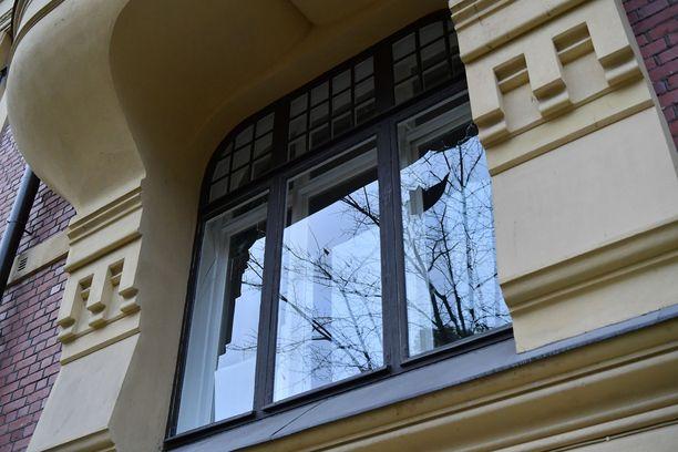 Turkin suurlähetystön rakennuksen ikkunoita on rikottu.