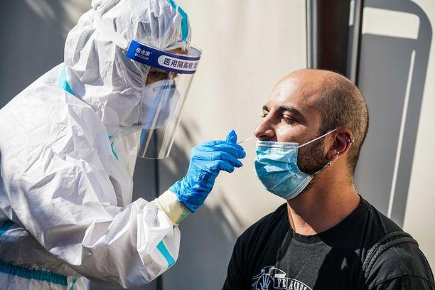 Koronavirustestiä tehdään miehelle Italian Torinossa 20. elokuuta.