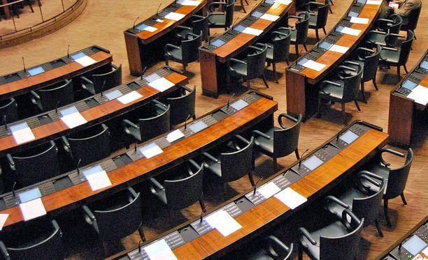 Eduskunnan istuntosalissa oli paljon tyhjää tilaa kun kansanedustajat käsittelivät kansalaisaloitetta kansanedustajien sopeutumiseläkejärjestelmän muuttamisesta.