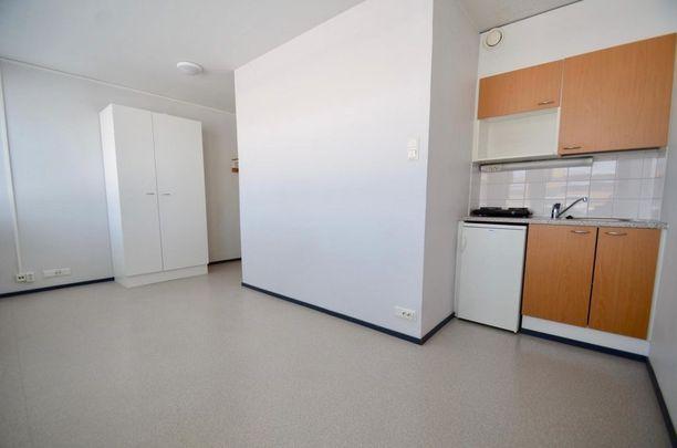 Kokkolalaisen miniasunnon keittiössä on jääkaappi ja keittolevy.