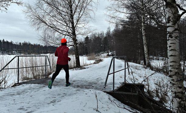 Nuori nainen oli lenkillä illalla Rauman Äyhönjärven läheisyydessä.