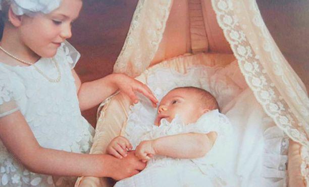Prinsessa Estelle hellii pikkuveljeään Oscarin kastejuhlan kiitoskortissa.