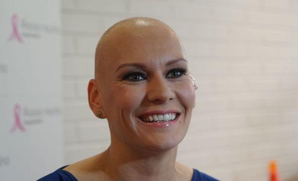 Heidi Sohlberg menetti hiuksensa syöpähoidoissa, mutta nyt tukka kasvaa taas takaisin.