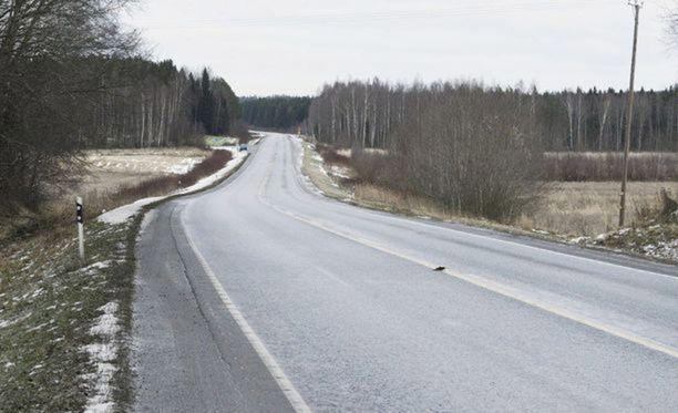 Poliisin mukaan tie oli onnettomuuden sattuessa liukas.