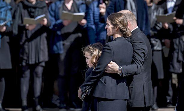 Anders Holch Povlsen, hänen vaimonsa Anne ja eloonjäänyt tytär Astrid Aarhusin katedraalin edessä lauantaina 4.5.2019. Povlsenien kolme lasta kuolivat Sri Lankan terrori-iskussa pääsiäisen aikaan 21.4.2019.