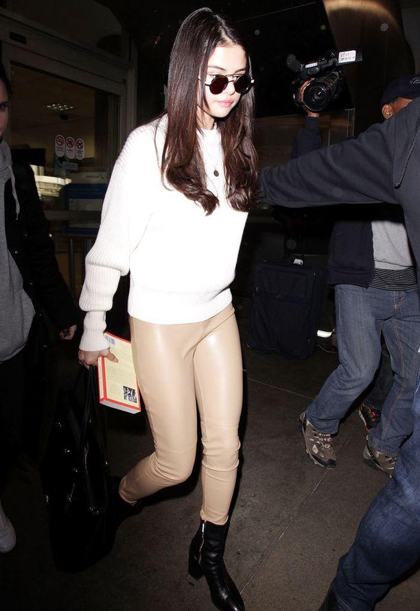 Ennen kampaamokäyntiä Selenan hiukset olivat pidemmät ja vaaleammat.
