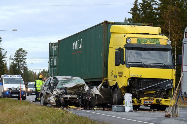 Mies menehtyi kun hänen autonsa suistui tuntemattomasta syystä päin vastaantulevaa rekkaa. Monet vastaavat onnettomuudet ovat tosiasiassa itsemurhia; mutta ei välttämättä tämä Rauman toissasyksyinen turma.