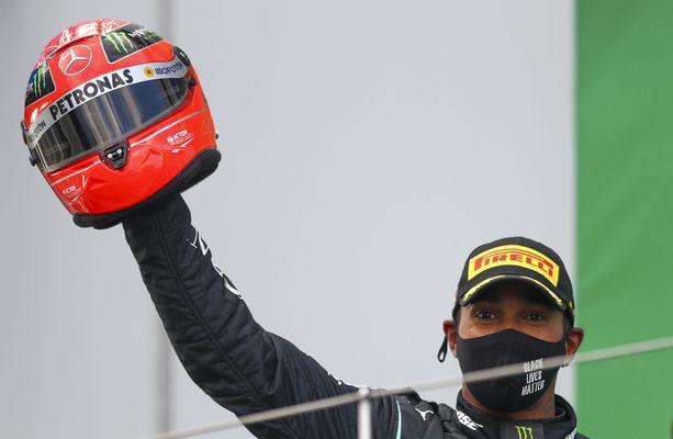 Lewis Hamilton ja Michael Schumacherin kaudella 2012 käyttämä kypärä.