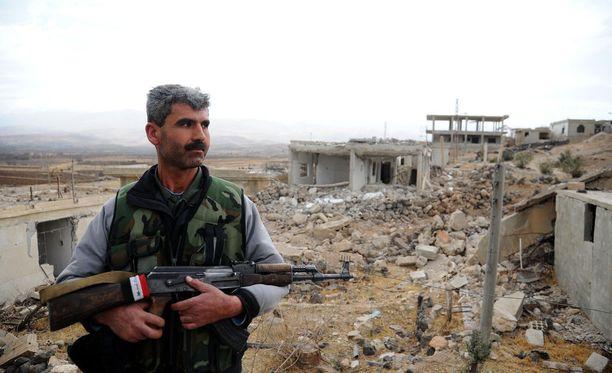 Hallitusta vastaan taistelevat kapinalliset ovat joutuneet jatkuvasti ahtaammalle. Joulukuun lopulla otetussa kuvassa Syyrian hallituksen joukkojen sotilas poseerasi tuhotulla linnoituksella Damaskoksen lähialueella.