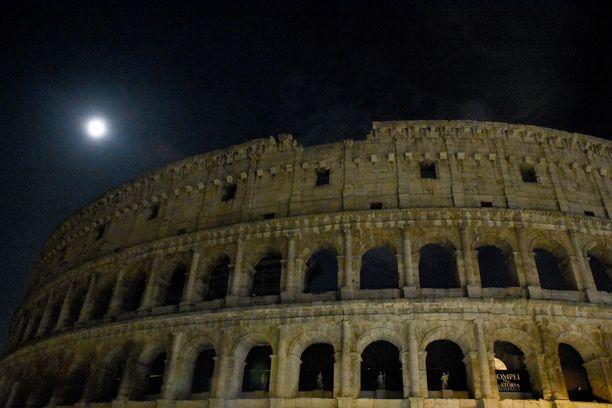 Colosseum, Italian pääkaupungin Rooman kenties tunnetuin nähtävyys.