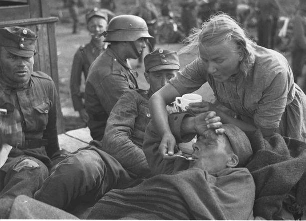 Naiset osallistuivat sotavuosina moniin erilaisiin tehtäviin rintamilla, kuten lääkintätehtäviin.