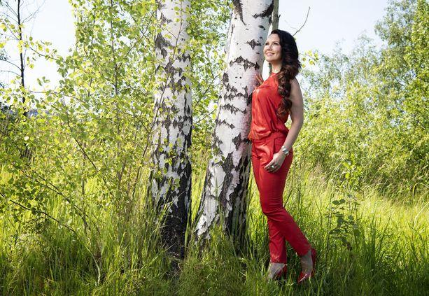 15-vuotisjuhlavuottaan viettävälle laulajalle tangokuningattaren titteli tuli yllätyksenä. Kruunauksen jälkeen hän veti 265 keikkaa vuoden aikana ja sairastui uupumukseen.