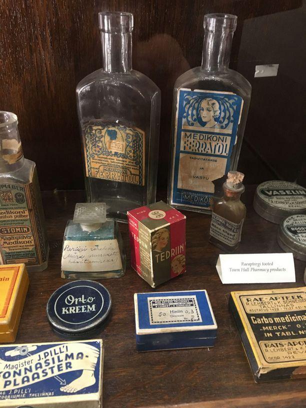 Vanhat pullot ja lääkepakkaukset ovat viehättävän näköisiä.