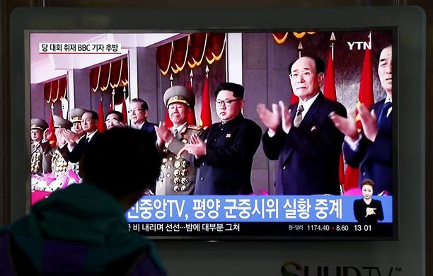 Eteläkorealaiset katselivat naapurimaansa paraatimenoja televisioruudulta Soulissa.