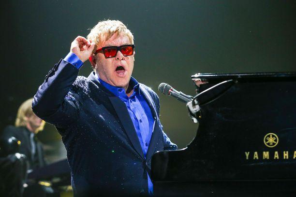 Sir Elton John tunnetaan esimerkiksi kappaleistaan Sacrifice ja Your Song.