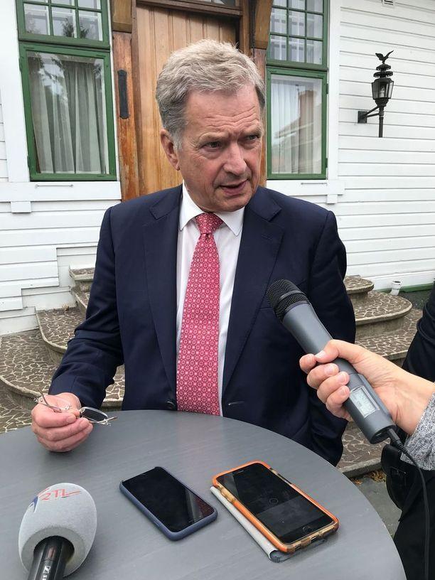 """Presidentti Sauli Niinistö sanoo, että Ahvenanmaata kyetään puolustamaan, koska Suomi on kehittänyt puolustusvoimiaan ja """"rakentanut suojaa"""" myös ulkopoliittisin keinoin."""