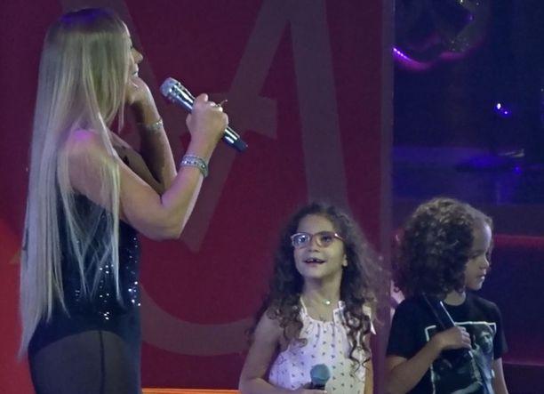 Mariah Carey kutsui lapsensa Moroccanin ja Monroen lavalle kesken Always Be My Baby -kappaleen esityksen.