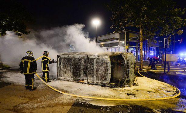 Ranskan Nantesissa nuorisojoukot ovat sytyttäneet muun muassa autoja tuleen levottomuuksissa, jotka alkoivat poliisin ammuttua 22-vuotiaan miehen kuoliaaksi tiistai-iltana.