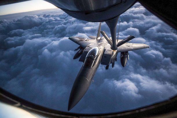Yhdysvaltalaishävittäjä  F-15 suorittaa ilmatankkausta  KC-135-koneesta Irakissa.  Vastaavaa operaatiota harjoitellaan lokakuussa myös Suomen Lapissa.