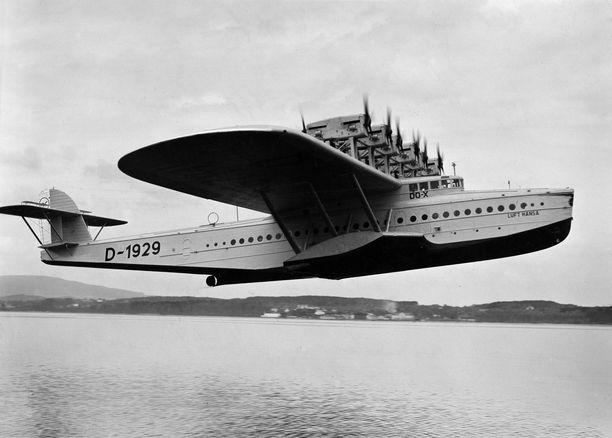 """Dornier Do X nousussa Bodenjärvellä. Koneessa oli kolme """"kantta"""". Alimmalla sijaitsivat polttoainetankit, keskellä matkustajien tilat ja ylinnä miehistön kansi sekä ohjaamo."""