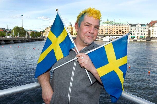 Tony Larsson seurasi Sandhjan esitystä eilen eturivistä. Hän iloitsi myös siitä, että televisiokamerat bongasivat hänen erikoisen tukkansa useaan otteeseen kuviin.