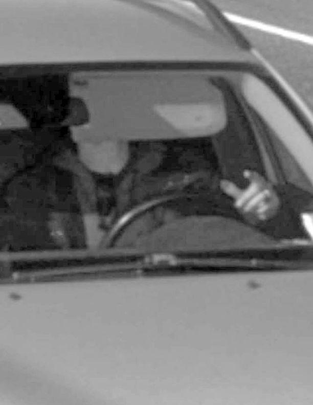 Video: Tässä kuvassa ajanutta ajajaa ei koskaan tunnistettu. Ei sakkoja.