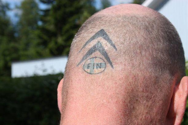 Sitrosen päänuppia komistaa jopa Citroën-aiheinen tatuointi.