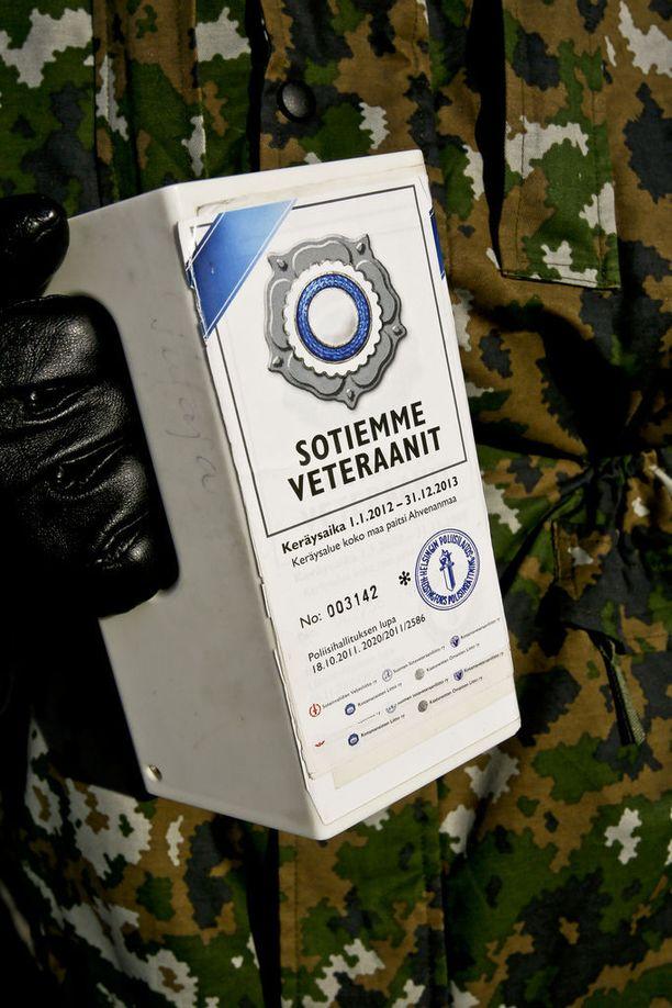 Aidon Veteraanikeräyksen tunnistaa mm. Sotiemme veteraanit -tunnuksilla varustetusta keräyslippaasta, jossa on keräyslupa.