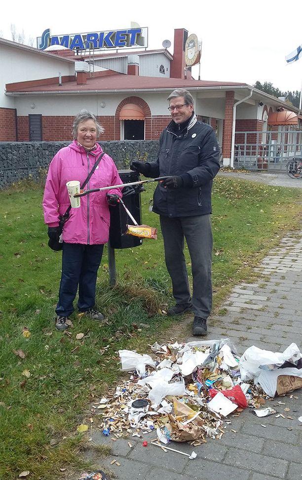 Kaija ja Ilkka Erkkilä ovat tehneet roskien keräämisestä harrastuksen itselleen. Kuva lokakuulta 2016.