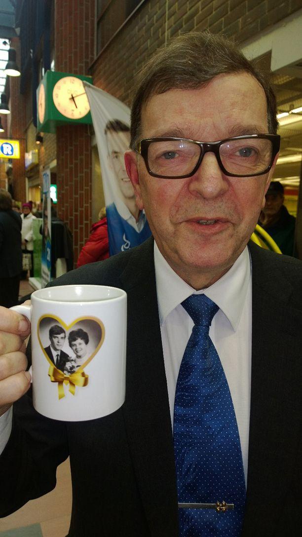 Vaalien kokenein poliitikko Paavo Väyrynen keksi hittituotteen kahvimukeista, jonka uudessa retromallissa on hänen ja Vuokko-vaimon hääkuva vuodelta 1968.