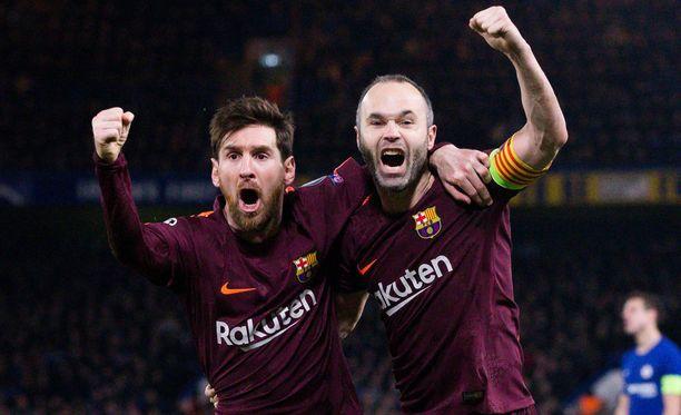 Leo Messi (vas.) ja Andrés Iniesta juhlivat arvokasta vierasmaalia.