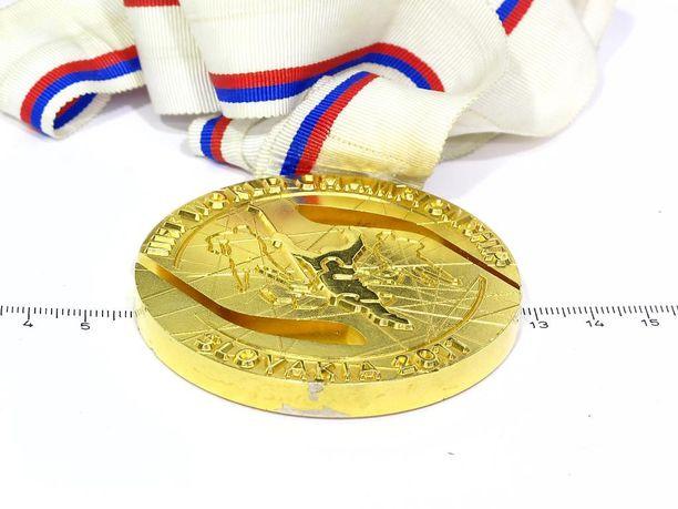Tässä on myynnissä oleva kultamitali.