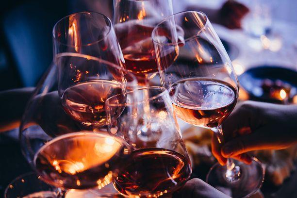 Päivittäinen alkoholin juominen rapauttaa aivoja selvästi, ilmenee tutkimuksesta.