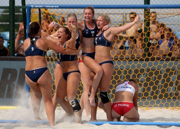 Tällaisissa vaatteissa kansainvälinen liitto vaatii naisia pelaamaan. Kuvassa Norjan maajoukkue vuonna 2017.