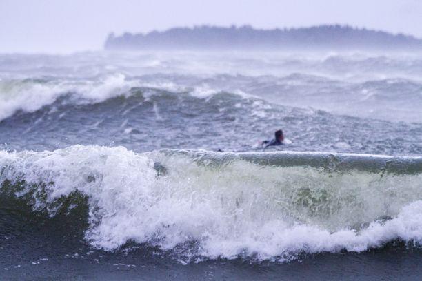 Maanantaina tuuli on ollut kovaa erityisesti merialueilla.