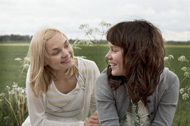Elokuvassa kaksi nuorta tyttöä karkaa kotoaan, maaseudun rauhasta ja uskonnollisista perheistään, kesäiseen pääkaupunkiin etsimään vapautta ja ensimmäisiä suuria kokemuksia.